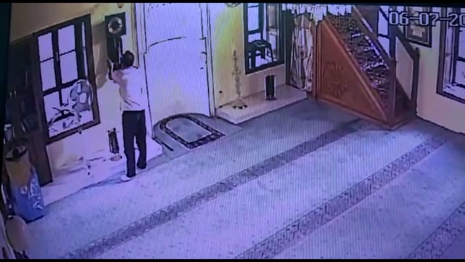 Önce namaz kıldı, sonra camideki tarihi saati çaldı